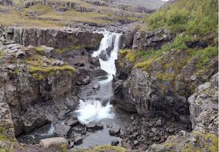 Cascada Nykurhylsfoss o Sveinsstekksfoss, Fiordos del Este de Islandia.