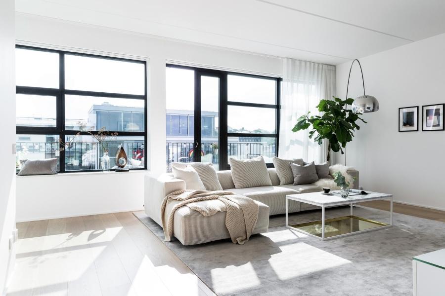 Nowoczesna prostota, wystrój wnętrz, wnętrza, pokój dzienny, salon, living room, urządzanie mieszkania, dom, home decor, dekoracje, aranżacje, styl nowoczesny, modern style, light colors, jasne kolory, biel, white, szarość, grey