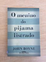 #pracegover : capa do livro tema deste texto. A capa é composta por sete listras de dois tons de azul. No centro da página, de preto, está escrito o título do livro: O menino do pijama listrado
