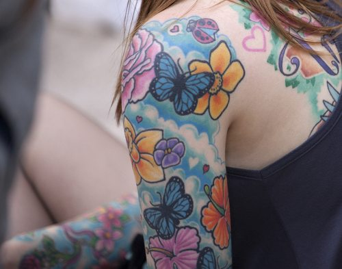 Tatuaje de mariquita con mariposas