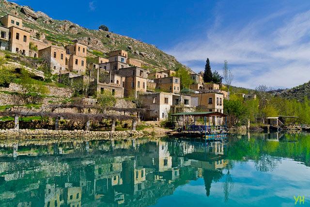 Şanlıurfa'nın sakin şehri Halfeti Savaşan Köyü muhteşem manzarasıyla büyülüyor.