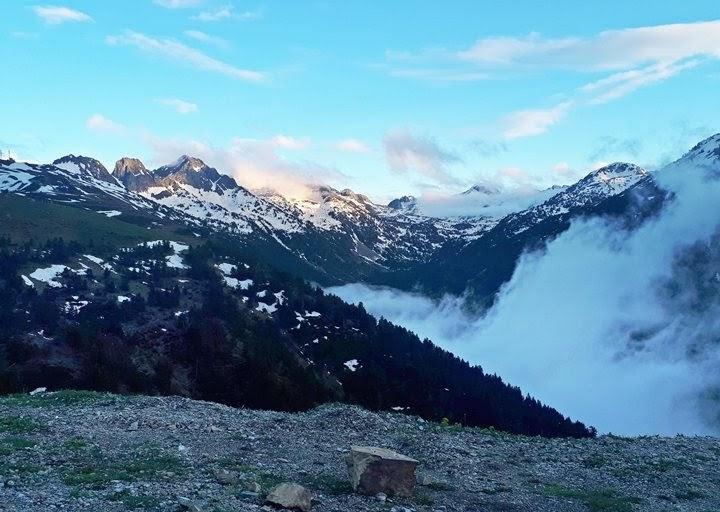 Pirineos-entre-nubes.