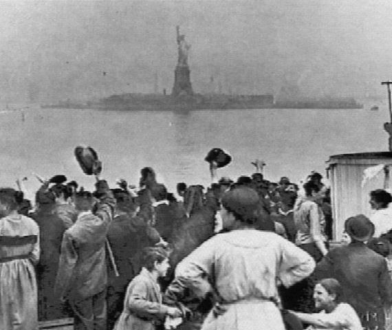 La diosa annunaki Inanna dando la bienvenida a los immigrantes que llegaron por miles a las costas de New York.