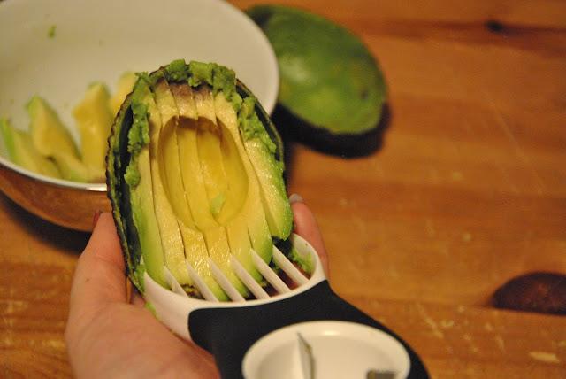 Fruchtfleisch mit dem Avocadoschneider rausheben