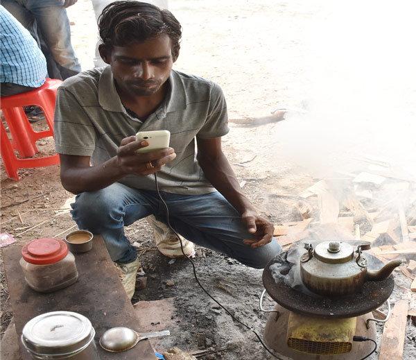 वाह क्या बात है! आठवीं पास लड़के ने बनाया ऐसा चूल्हा जो चाय भी बनाता है और बिजली भी