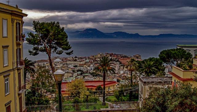 O vulcão Vesúvio visto de Nápoles