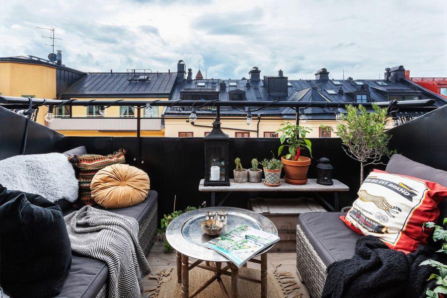 Mieszkanie na poddaszu w loftowym klimacie, wystrój wnętrz, wnętrza, urządzanie domu, dekoracje wnętrz, aranżacja wnętrz, inspiracje wnętrz,interior design , dom i wnętrze, aranżacja mieszkania, modne wnętrza, loft, styl industrialny, czerń i biel, black and white, poddasze, mieszkanie na poddaszu, balkon