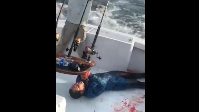 Η στιγμή που σκάφος σώζει αιμόφυρτο δύτη από τον καρχαρία που του είχε επιτεθεί (video)