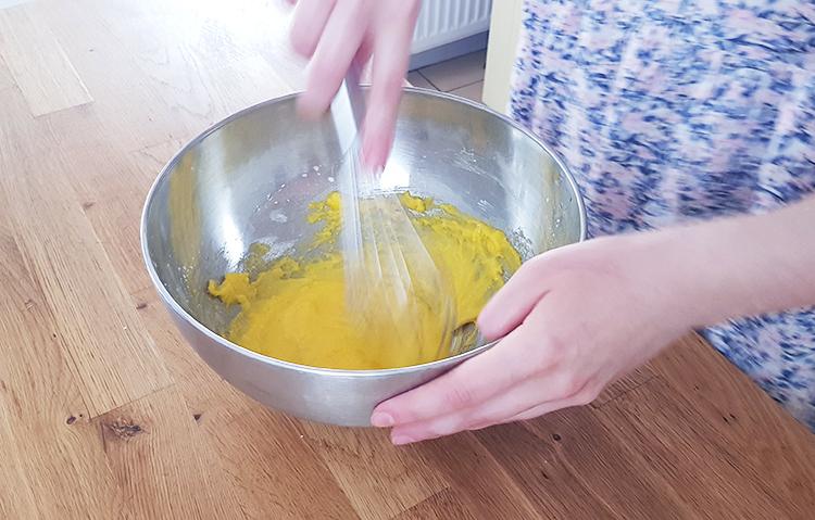 Crème pâtissière : mélangez les jaunes au reste