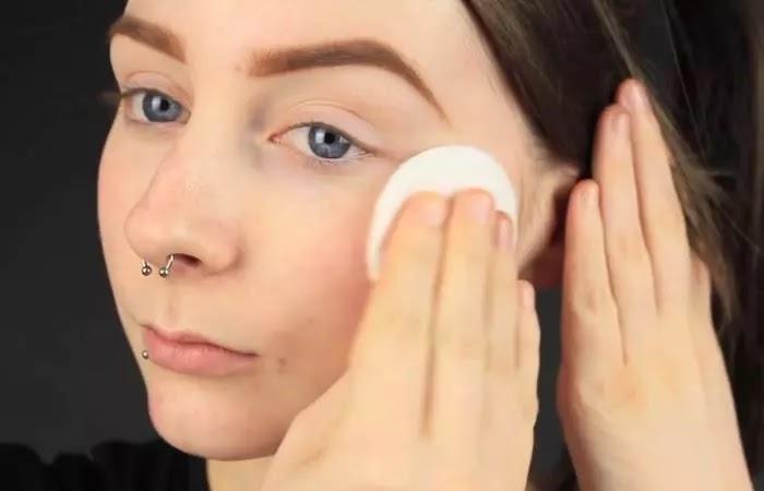 كيفية إخفاء البثور بالمكياج - الخطوة 1 نظفي بشرتك ورطبيها