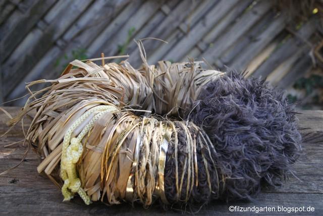DIY Kranz aus Wolle und Chinaschilf mit Schnüren und Golddraht umwickeln