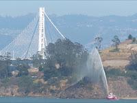 Petugas Pemadam Kebakaran San Francisco memadamkan api di Pulau Yerba Buena dengan Fire Boat