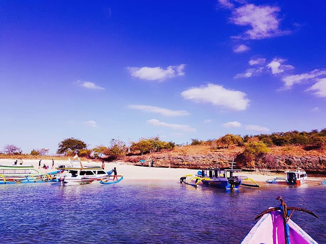 Perahu menepi di pantai Pink, sumber ig @missgestafarizdka