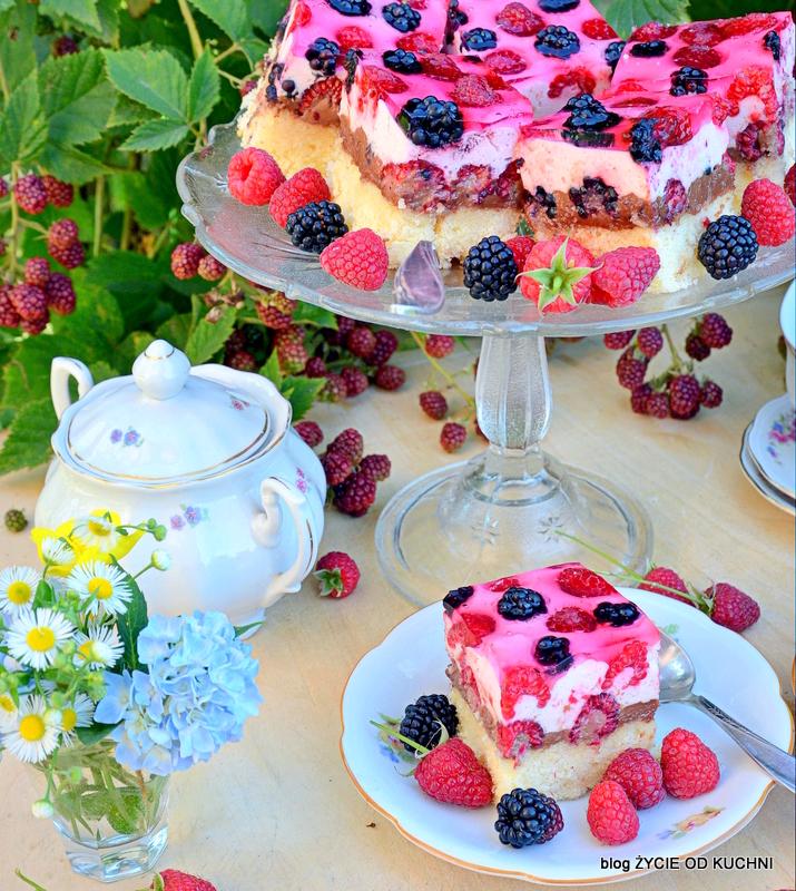 ciasto z galaretka, ciasto z owocami, letnie ciasto, warstwowe ciasto, pyszne ciasto, patera z ciastem, jezyny, maliny, podwieczorek w ogrodzie, zycie od kuchni, zastawa deserowa, cukiernica