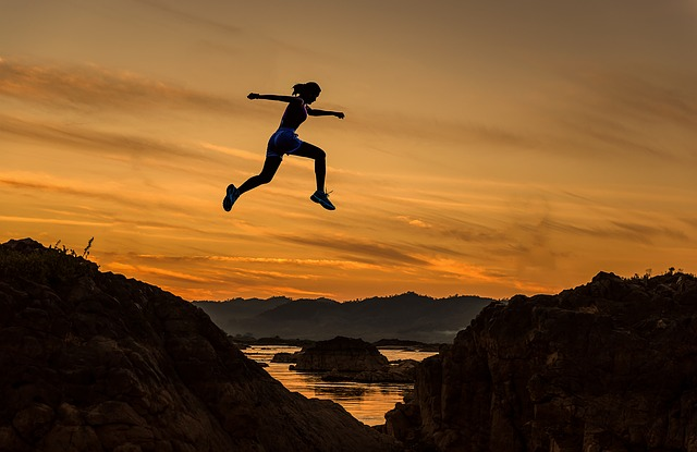 perempuan melompati tebing