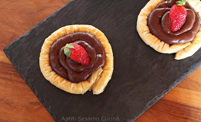 Nidi di pasta fillo Stuffer inzuppati di sciroppo e ripieni con crema ganache al cioccolato fondente. Ricetta greca.