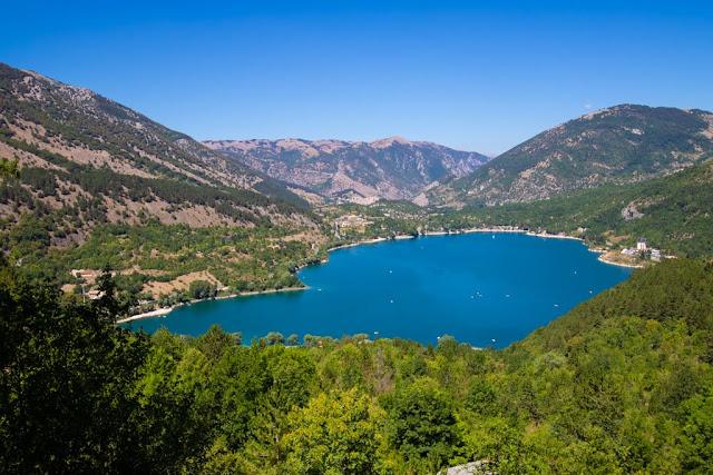 Primo punto panoramico lungo il sentiero del cuore sul lago di Scanno a forma di cuore
