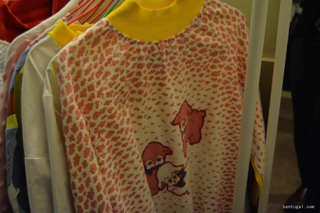 prendas en una percha con jersey de estampado de leopardo y gatitos de Jarapa Jarapa