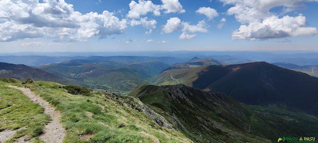 Bajando del Pico Miravalles hacia el Puerto de Ancares