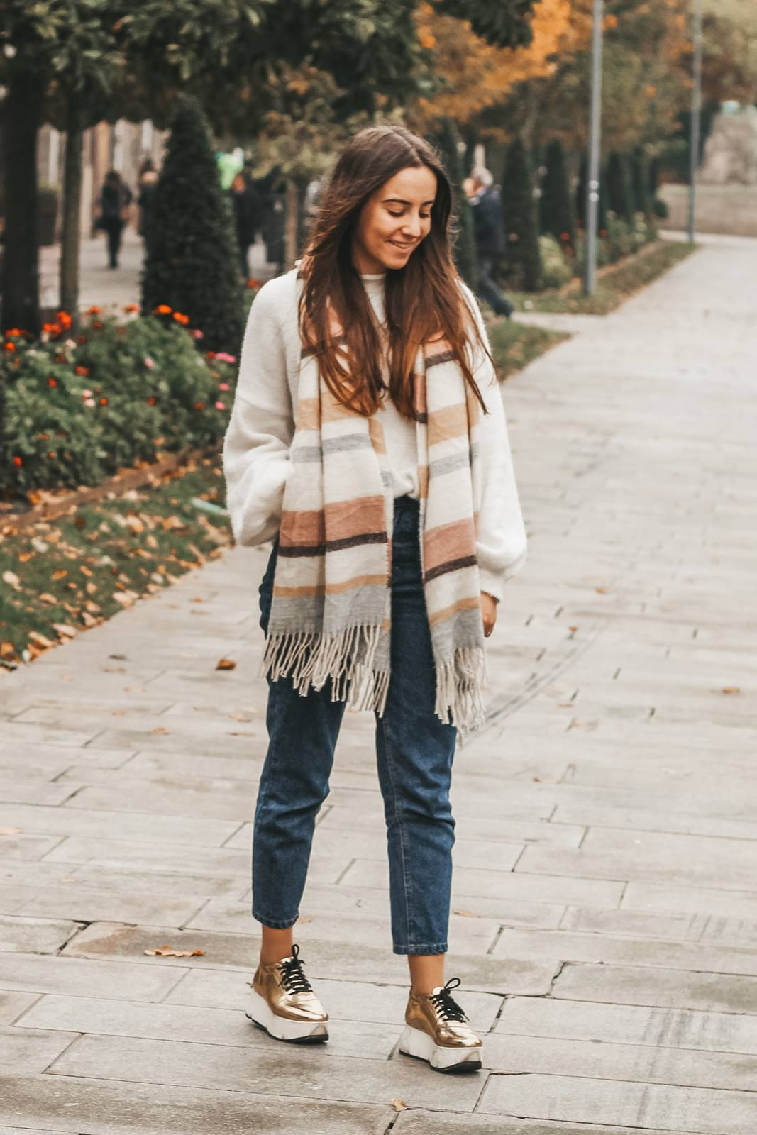 golden_sneakers_mom_jeans