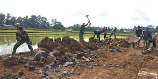 Bagun Jalan Pedesaan, Prajurit TMMD 105 Banyuwangi Hancurkan Batuan Besar