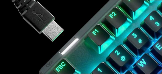 لوحة مفاتيح بإضاءة RGB مع إدخال كبل USB في منفذ عبور USB.