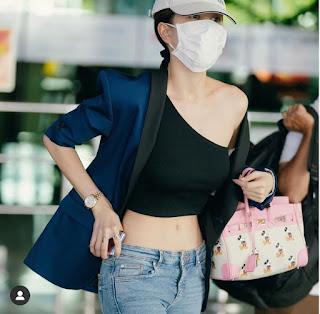 Ngọc Trinh nổi bật tại sân bay với kiểu áo lệch vai chằng chịt dây