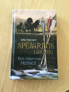 """Omslagsbild på boken """"Den försvunna prinsen"""" av John Flanagan."""