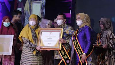 Bupati Eka Putra dan Ny. Lise Eka Putra Dinobatkan Sebagai Ayah Bunda GenRe Sumatera Barat 2021