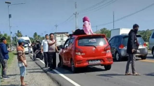 Kronologi Emak-emak Ditabrak Jatuh Sampai Duduk Diatas Mobil