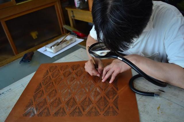 Ban đầu, đây là loại vải chủ yếu được các samurai sử dụng, sau đó kỹ thuật này được dùng cho cả kimono, túi và vải bọc. Trong đó, nghệ nhân sử dụng giấy nến để tạo ra các họa tết phức tạp.