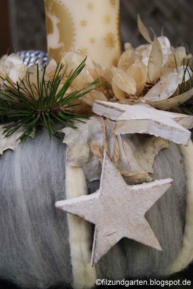 Weißer Adventskranz mit Holzsternen