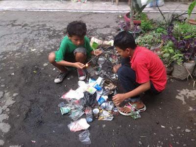 Anak jalanan membersihkan lingkungannya