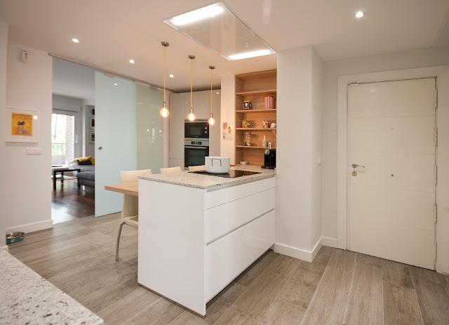 Mesas de madera un complemento ideal para las cocinas blancas cocinas con estilo - Cocina encimera madera ...