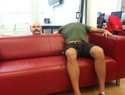 Illusion lustiger Mann sitzt auf Couch zum lachen