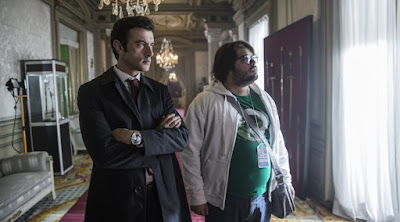David (Javier Rey) y Jorge (Brays Efe) en la escena de un crímen