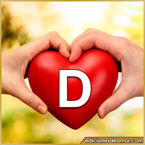 corazón entre manos con letra D