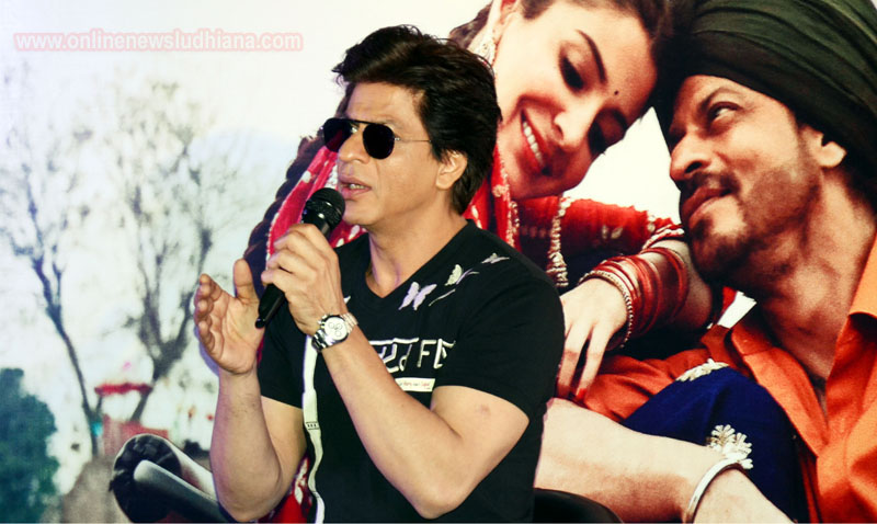 Shah Rukh Khan talking to media persons at a mall in Ludhiana