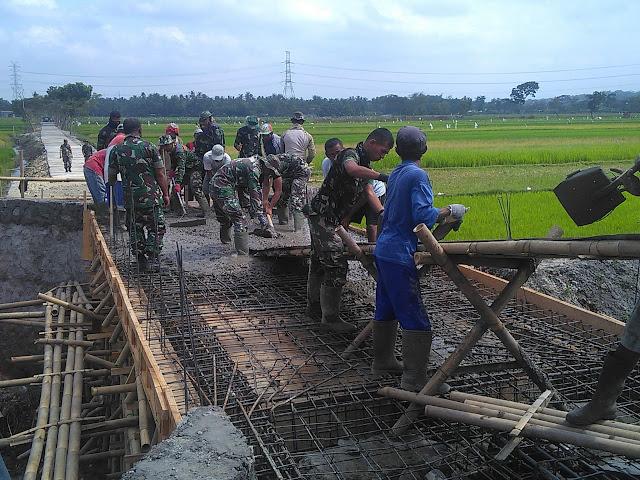 Kasdim Klaten Terjun Langsung Dalam Pengecoran Jembatan TMMD Reg 105