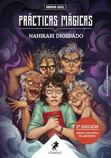 Un joven abraza un libro con cara de susto mientras detrás de él cuatro señoras viejas ponen miradas que dan miedo o poses de locura