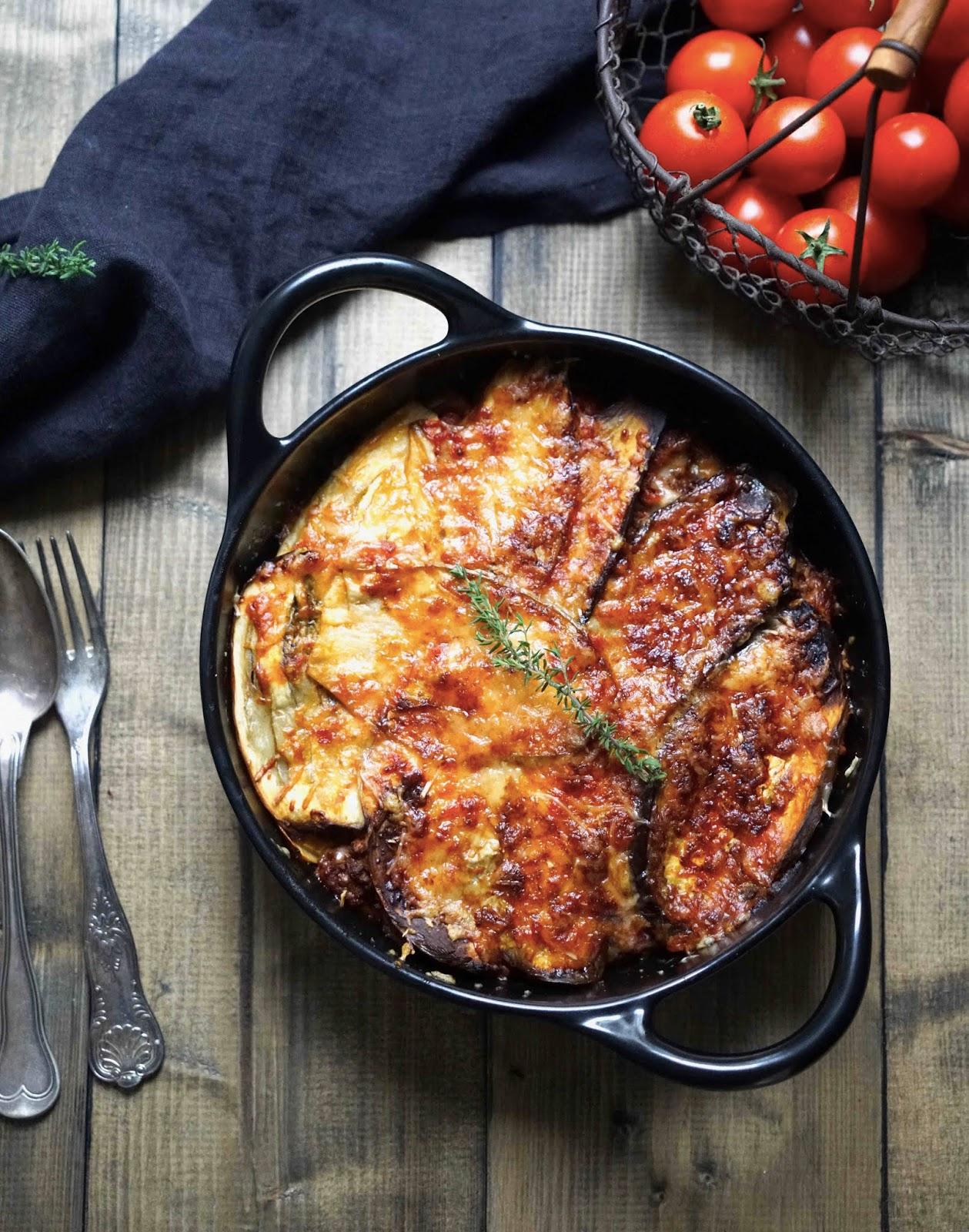 plat familial , viande hachée , aubergines , sauce tomates , légumes d'été