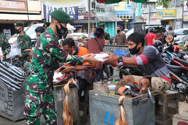 Prajurit Yonif MR 411 Kostrad Bagikan Makan Siang di Pasar Raya Salatiga