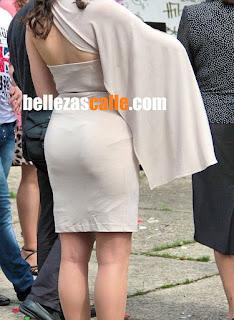 Bella mujer usando vestido pegado ropa interior marcada