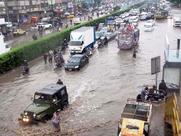 موسلا دھار بارش: کراچی میں ہلاکتں، زندگی مفلوج
