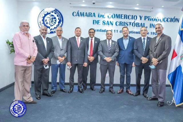 Cámara de Comercio de San Cristóbal develiza fotografía de Emmanuel Dionicio en galería de ex presidentes