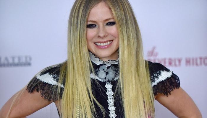 Avril Lavigne exige toda la atención desde el principio en 'Flames'