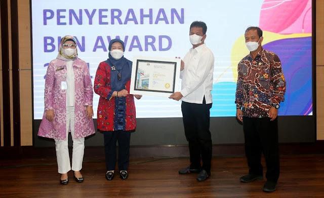 BKN RI Memberikan Dua Penghargaan Kepada Pemko Batam