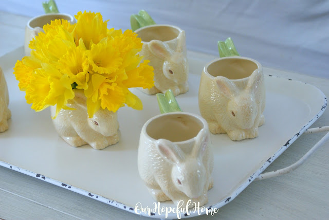 Collectible HMK LIC. Easter bunny garden handle mug vase daffodils