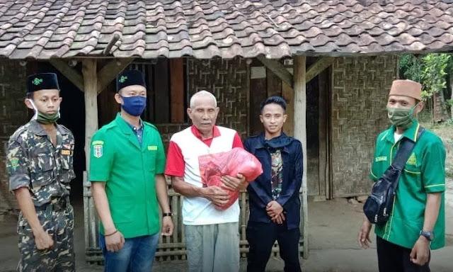 PAC GP Ansor Bersama PAC Fatayat NU Bumi Agung Bagikan Sembako dan Masker
