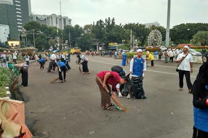 Habis Demo Lengserkan Ahok, Massa 313 Bersihkan Sampah di Jalanan Bersama Petugas